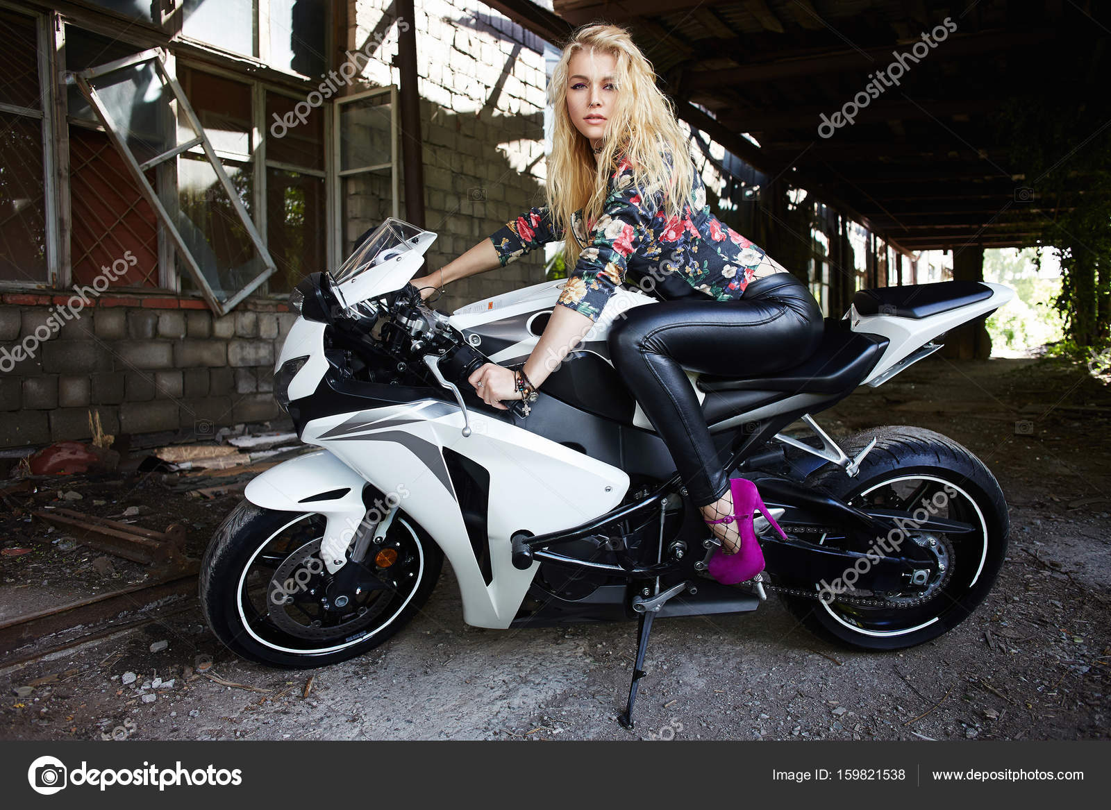 Moda jovem mulher loira de moto esporte stock photo eugenepartyzan 159821538 - Image moto sportive ...