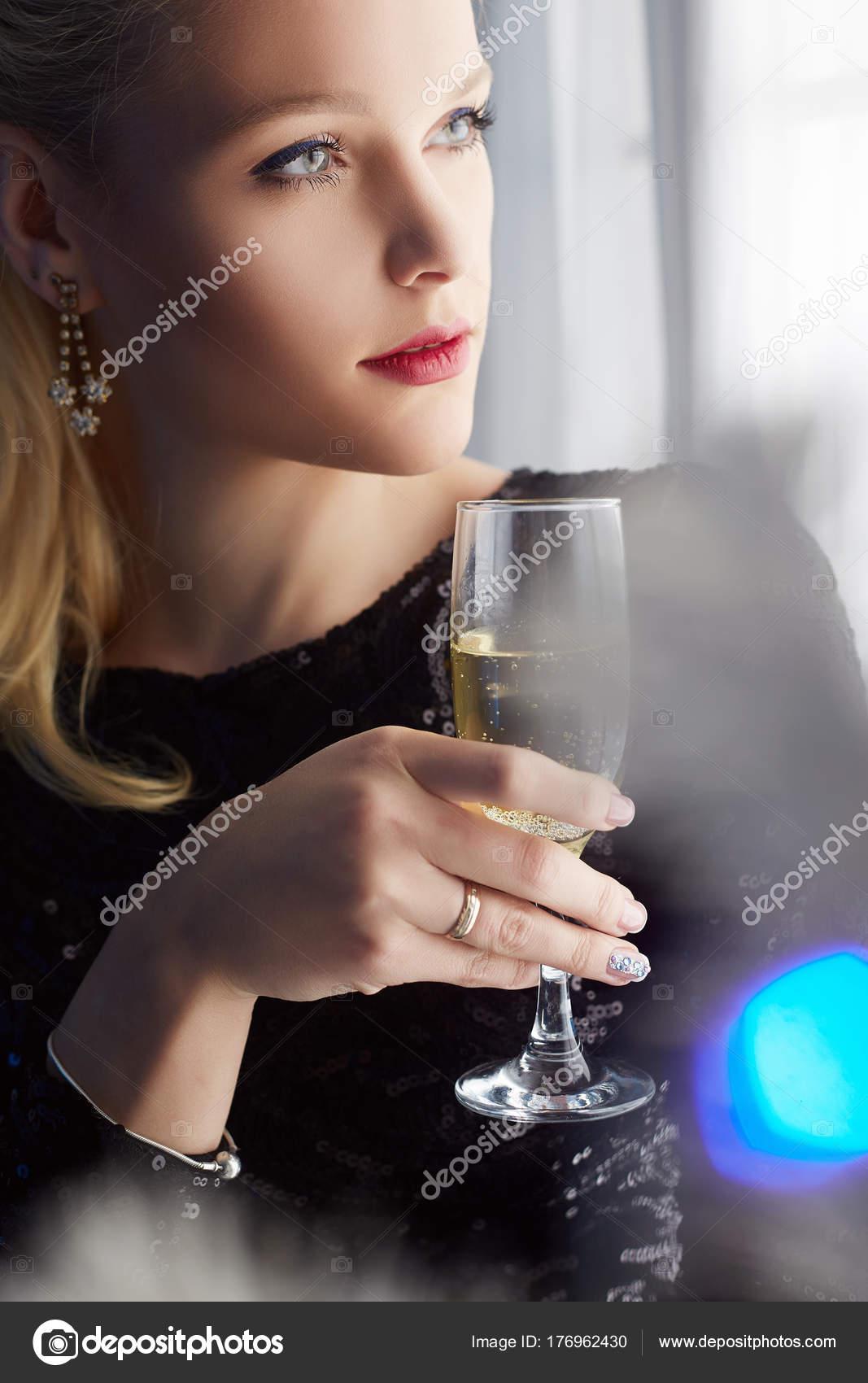 vilizal-krasivoy-foto-blondinki-v-shampanskom