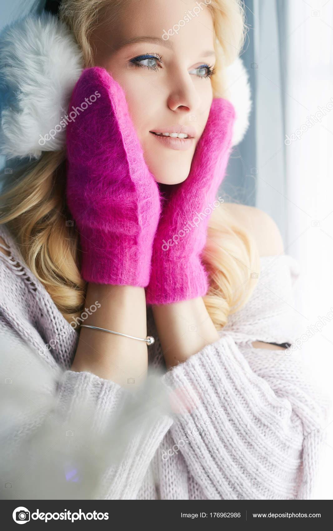 Chica feliz en manoplas rosa y sombrero de piel — Foto de stock ...