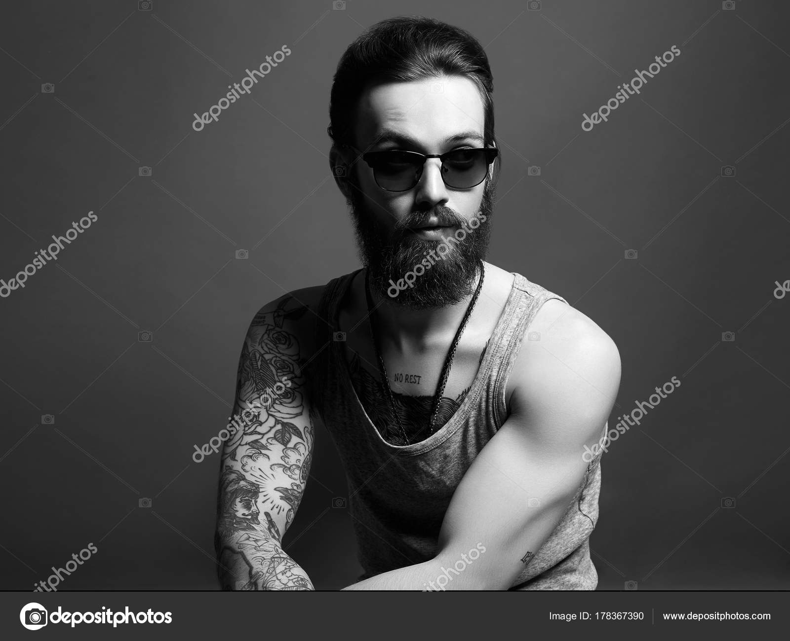 Hombre con tatuaje y las gafas de sol de moda hipster — Foto de Stock 16e95064357