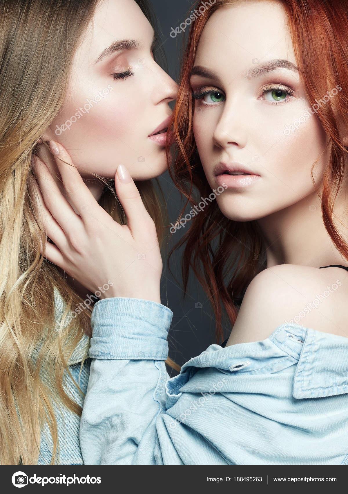 Biondo lesbiche bacio