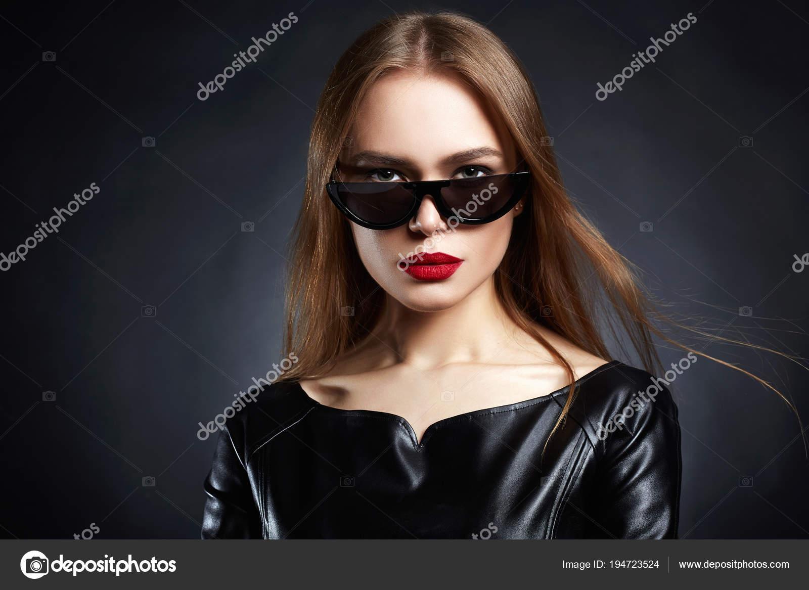 05209d880e73 Krásná mladá žena v sluneční brýle a kožené šaty. Módní krásy dívka —  Fotografie od ...