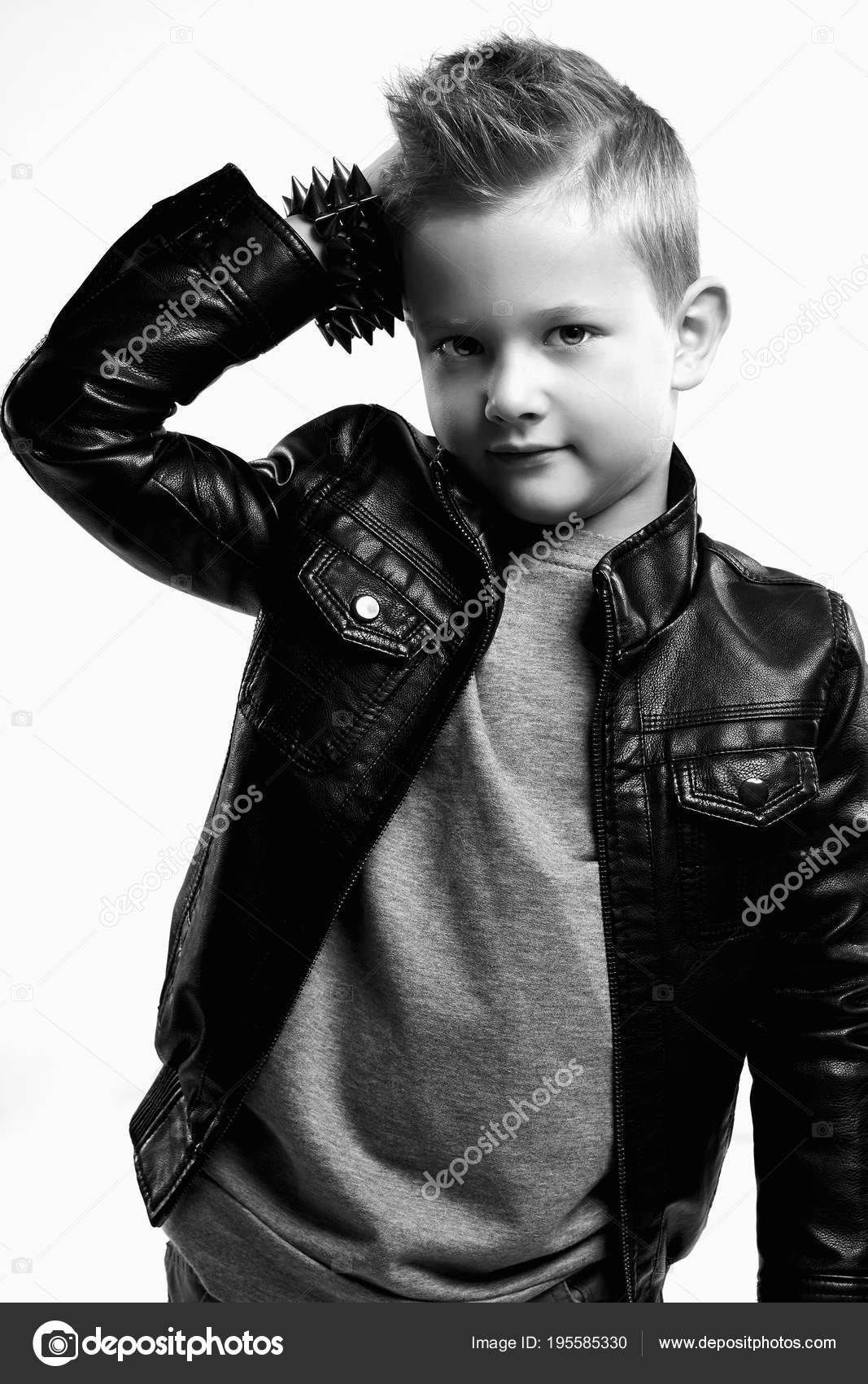 82a7530bbb0 Μοντέρνα παιδί σε Δερμάτινα παλτό. κομψό μικρό αγόρι με trendy κούρεμα.  Μαύρο και άσπρο μόδα πορτρέτο — Εικόνα από ...