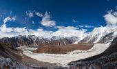 Nádherné panoramatické krajiny pohoří Himálaj podél Manas