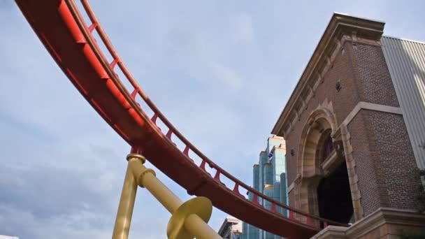 Orlando, Florida. 6. března2020. Lidé se těší Hollywood Rip Ride Rockit horská dráha na Universal Studios 2