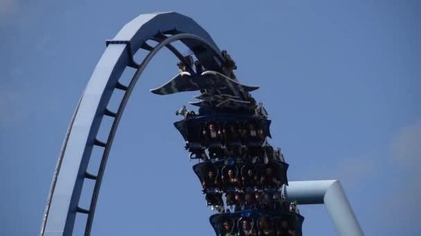 Orlando, Florida. 28. února2020. Lidé si užívají horskou dráhu Manta Ray na mořském světě