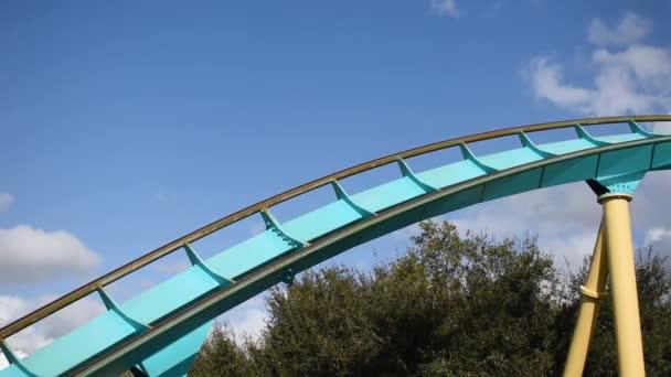 Orlando, Florida. 29. února2020. Lidé si užívají horskou dráhu Kraken na mořském světě