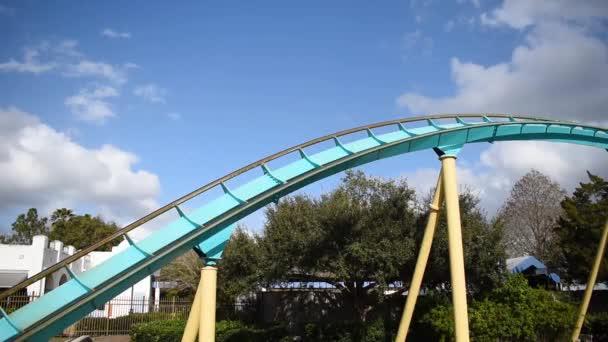 Orlando, Florida. 29. února2020. Lidé se baví Kraken horská dráha na mořském světě
