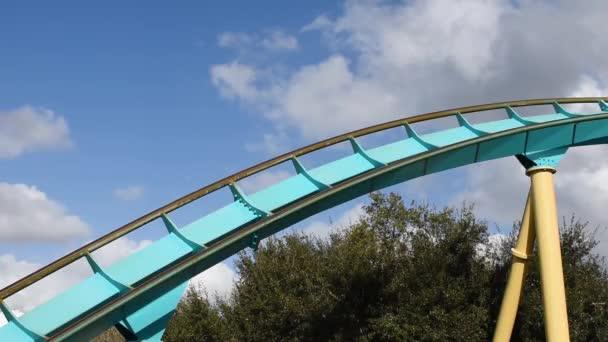 Orlando, Florida. 28. února2020. Lidé si užívají horskou dráhu Kraken na mořském světě.