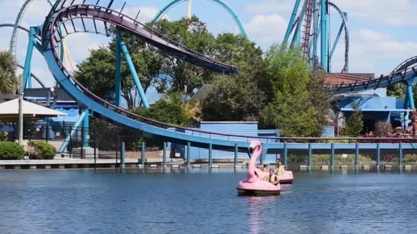 Orlando, Florida. 29. února2020. Lidé se těší Flamingo pádla lodě na Seaworld.