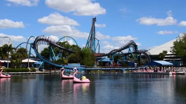 Orlando, Florida. 29. února2020. Lidé se těší Kraken a Mako horské dráhy a Flamingo pádla lodě na mořském světě.