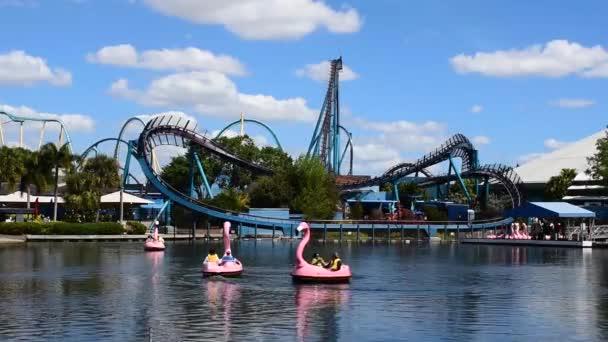 Orlando, Florida. 28. února2020. Lidé se těší Mako a Kraken horské dráhy a Flamingo pádla lodě na mořském světě