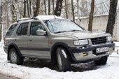 Opel Frontera zaparkované na zimní ulice