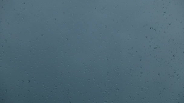 Dešťové kapky na okno a létající oblohy zataženo. Detail Vodní kapky na sklenice