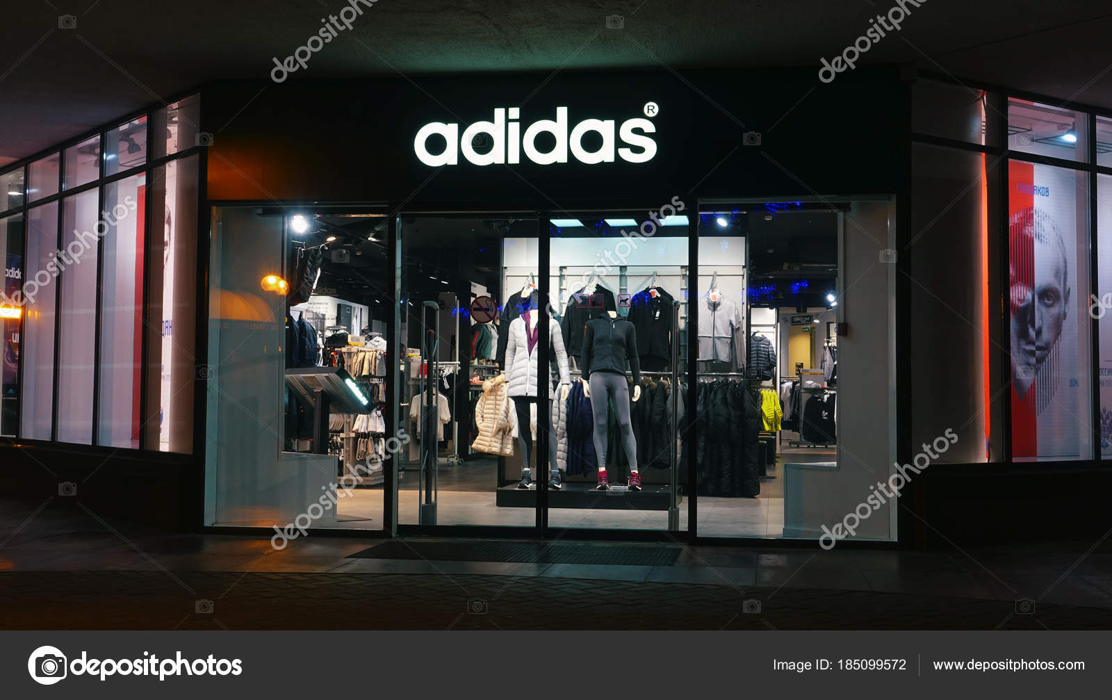 e95b7afbce6c4 Adidas loja à noite na cidade — Fotografia de Stock Editorial ...