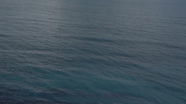 Klidná voda, vlnící se poklidné.