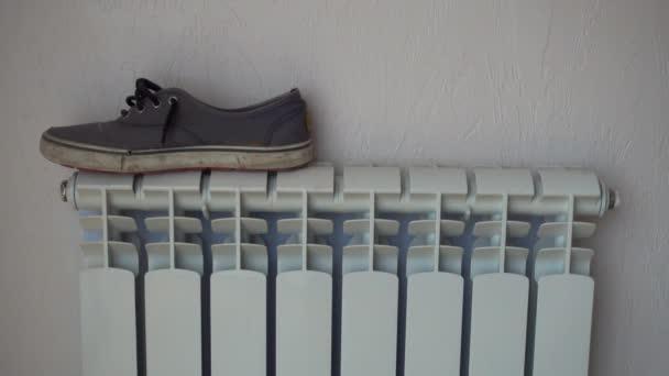 Topný radiátor. Boty, Kecky, sušení po dešti