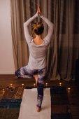 Žena, která dělá praxe jógy
