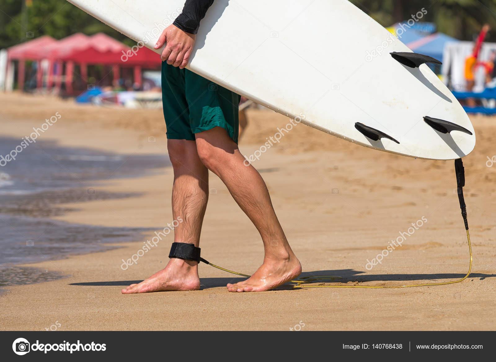 Hombre joven hermosa surfista en la playa con tabla de surf en días de  descanso — dfeb1b0ffe0
