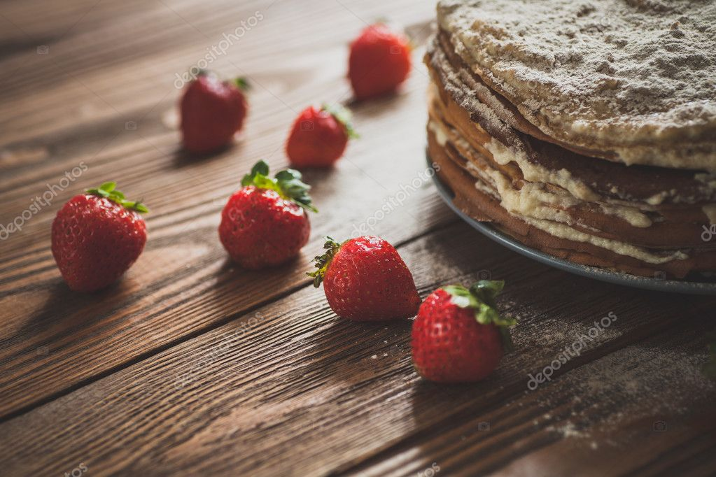 Kuchen Der Pfannkuchen, Kuchen Mit Erdbeeren Draufsicht Von Einem Dunklen  Braun Holz Hintergrund, Rustikalen Stil U2014 Foto Von Atalanta17