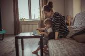 fiatal terhes anya és fia olvasó egy könyv, életmód,