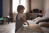 Kaukázusi totyogó fiú játék, könyv, életmód
