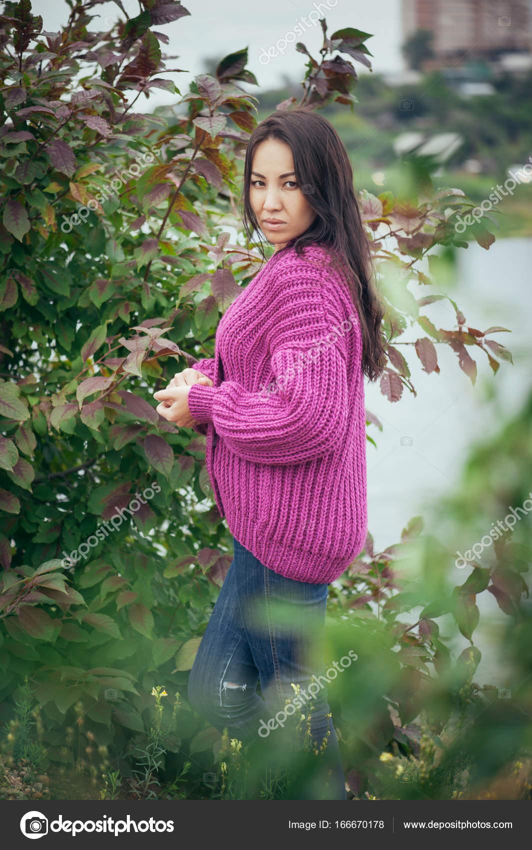 edfe7e50820b Βιολέτα πλεκτή ζακέτα για κορίτσι με μακριά μαλλιά — Φωτογραφία ...