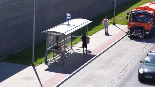 Proces mytí a dezinfekce zastávky veřejné dopravy během pandemie koronaviru COVID-19. Speciální vybavení městských služeb. Krakov, Polsko 18.05.2020
