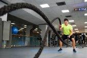 Fotografie Mann mit Schlacht Seile das Fitness-Fitnessstudio
