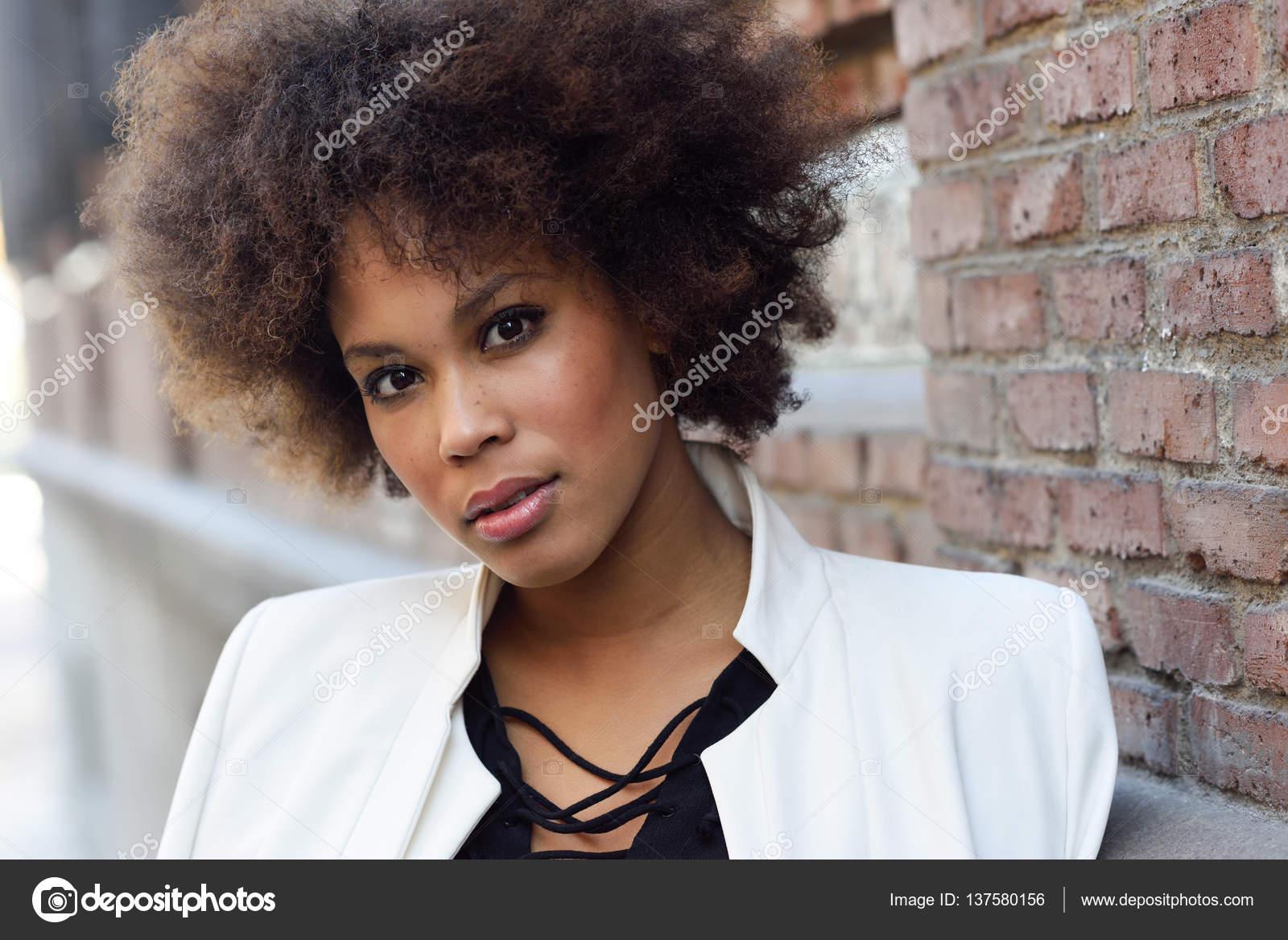 Jeune Femme Noire Ayant Qualite Pour Agir En Matie Urbain Coiffure