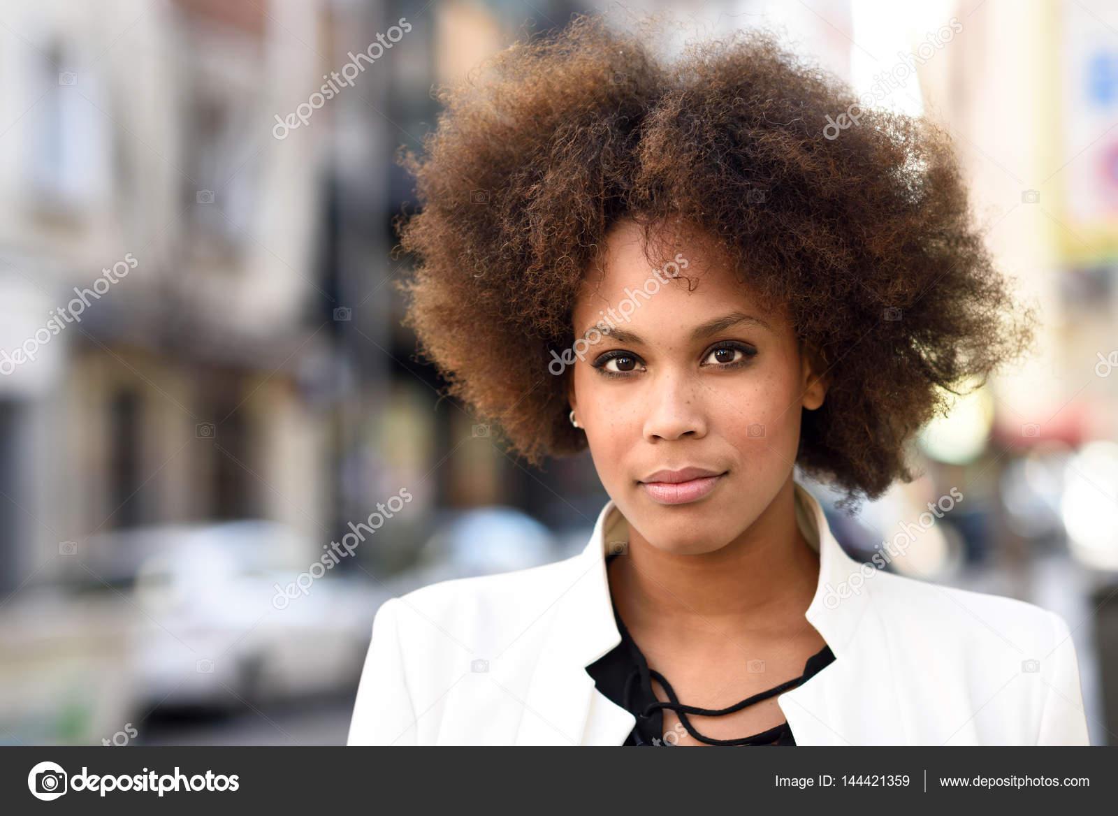 Junge Schwarze Frau Mit Afro Frisur Stehen In Städtischen Staatlich
