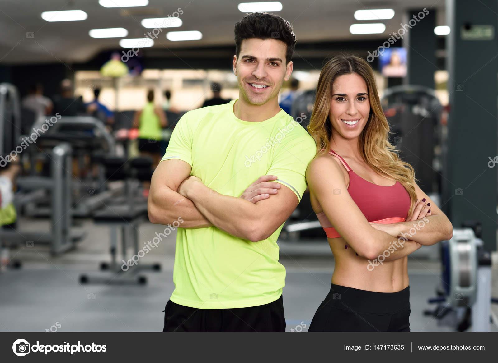89ba975ddb9a Uomo e donna personal trainer in palestra. Ragazza e ragazzo indossa  abbigliamento sportivo con braccia incrociate — Foto di ...