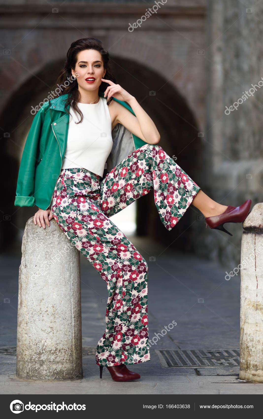 jeune femme brune souriante en contexte urbain  u2014 photographie javiindy  u00a9  166403638