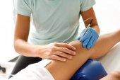 Fotografie Elektroakupunktura suchou jehlou na ženské koleno