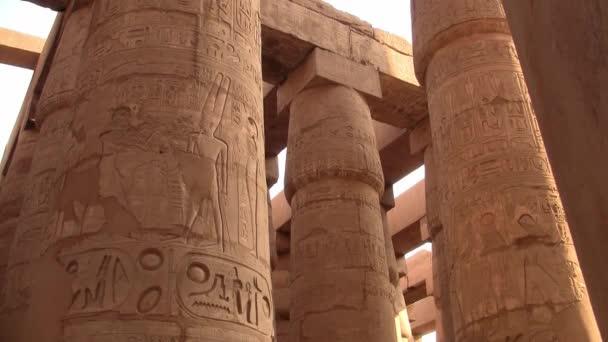 Chrám Karnaka Velký sál hypostylu s monumentálními sloupy v Luxoru, Egypt