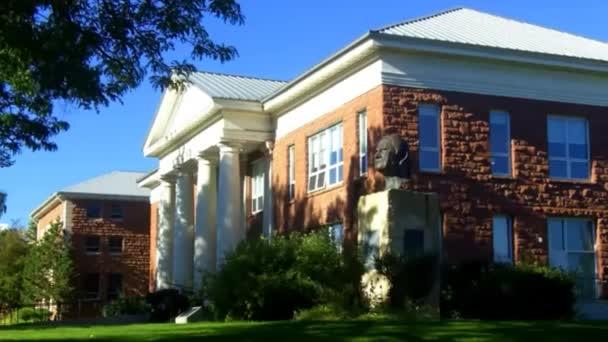 Akademische Gebäude und eine Skulptur zum Gedenken an die indischen Codetalker wwii navajo auf dem Campus der Universität von Arizona im Norden