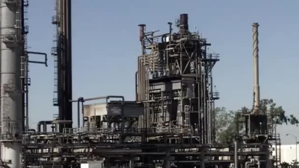 alternder Ölraffinerieturm in einer alten Raffinerie