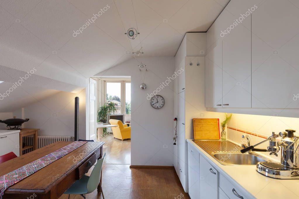 antigua mesa de comedor madera de cocina — Fotos de Stock © Zveiger ...