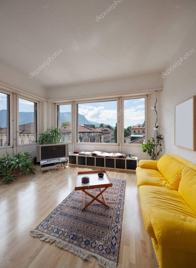 https://st3.depositphotos.com/2018053/13004/i/950/depositphotos_130043422-stockafbeelding-woonkamer-van-oude-appartement.jpg