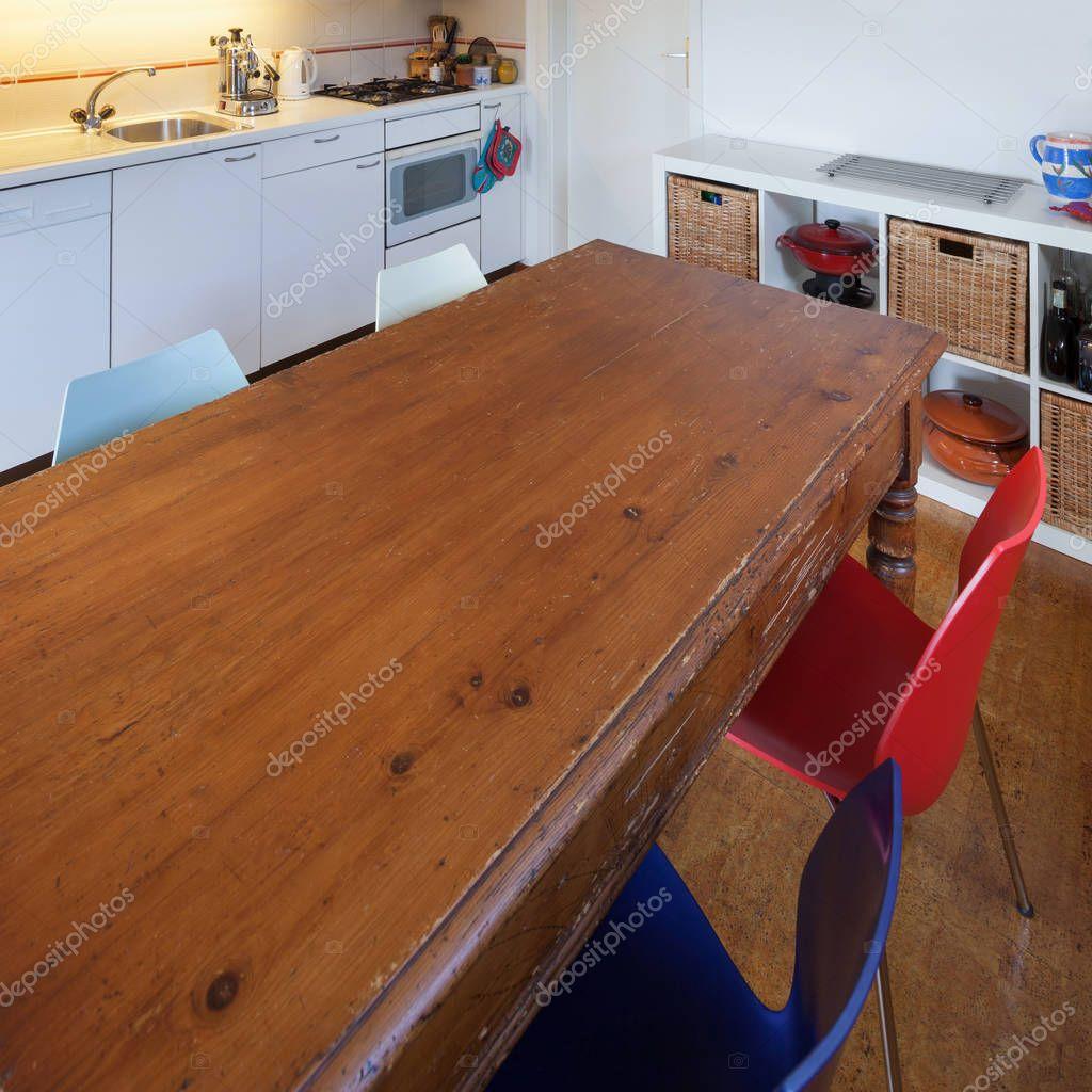 Cocina, mesa de comedor de madera antigua — Fotos de Stock ...