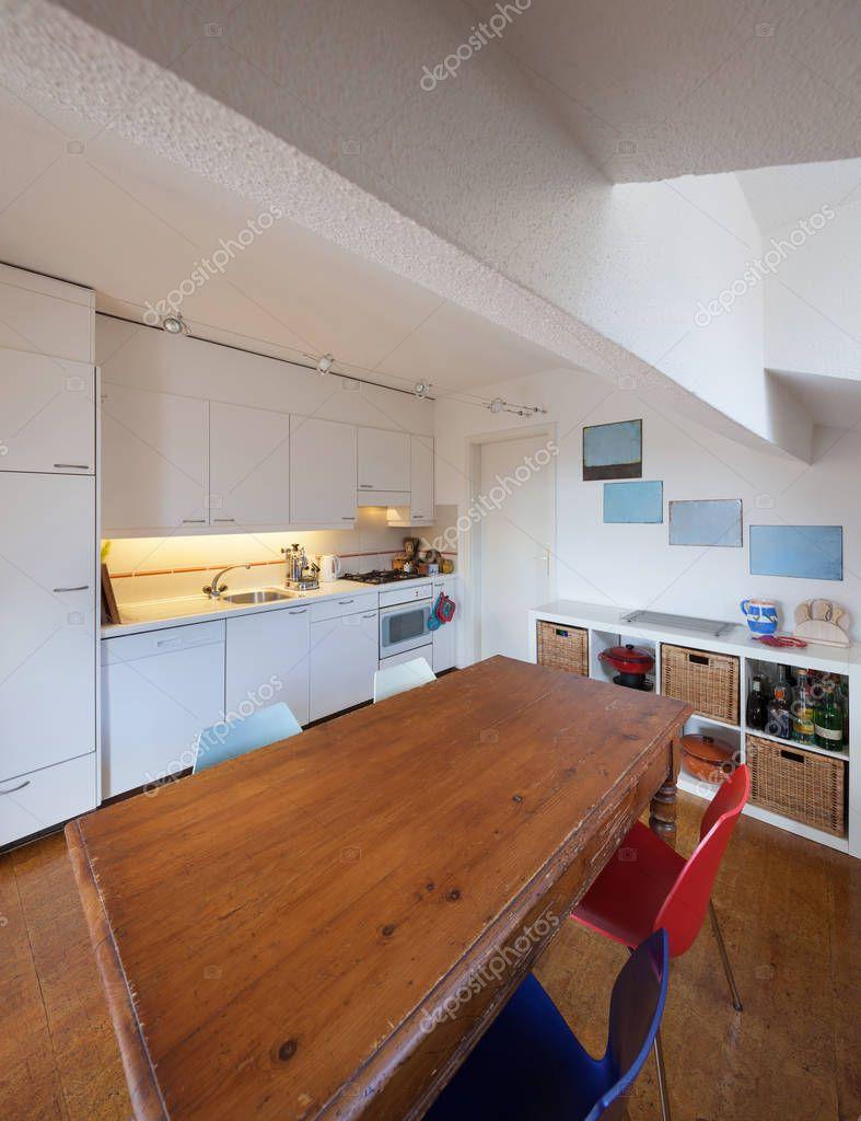 Cocina, mesa de comedor de madera antigua — Fotos de Stock © Zveiger ...