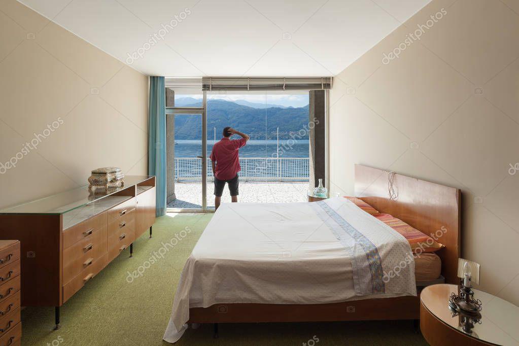 Altes Schlafzimmer von einer Wohnung — Stockfoto © Zveiger #130079848
