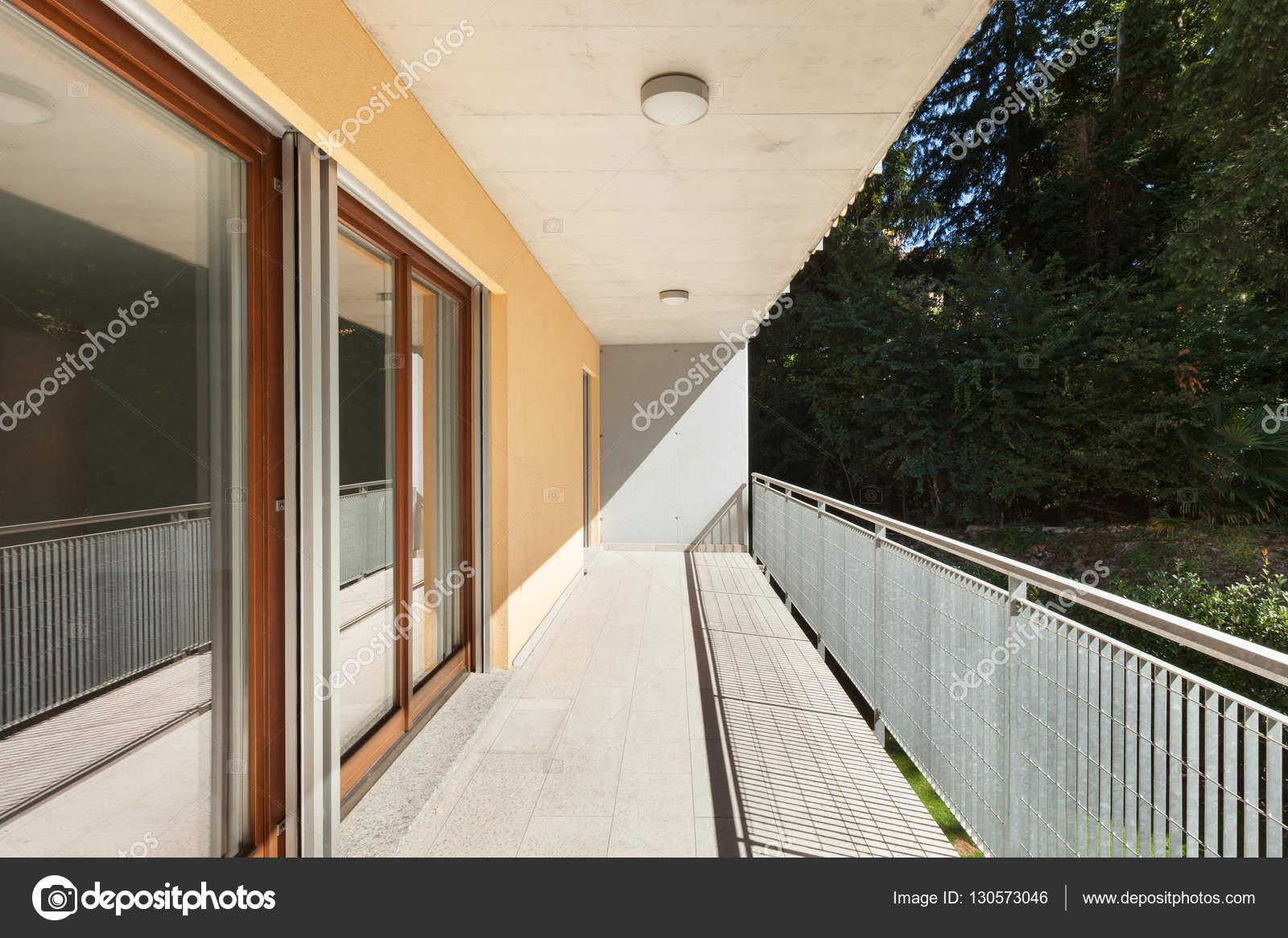 Soleada Terraza De Un Edificio De Apartamentos Fotos De