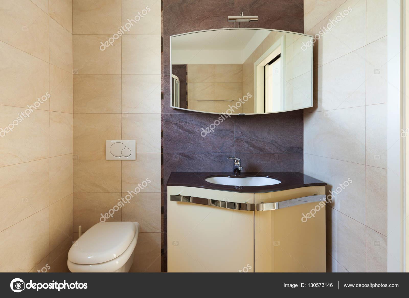 Badkamer interieur nterior met betegelde wanden u stockfoto