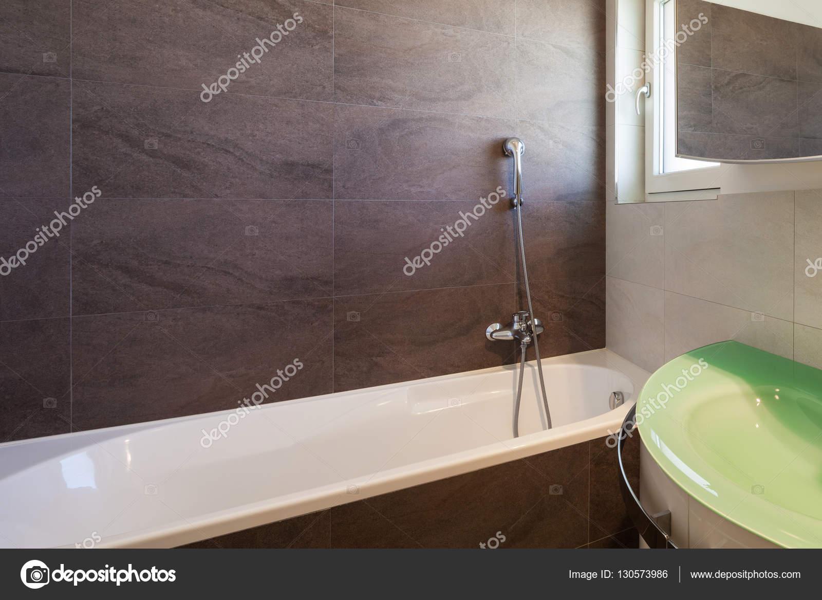Badkamer interieur nterior met betegelde wanden — Stockfoto ...