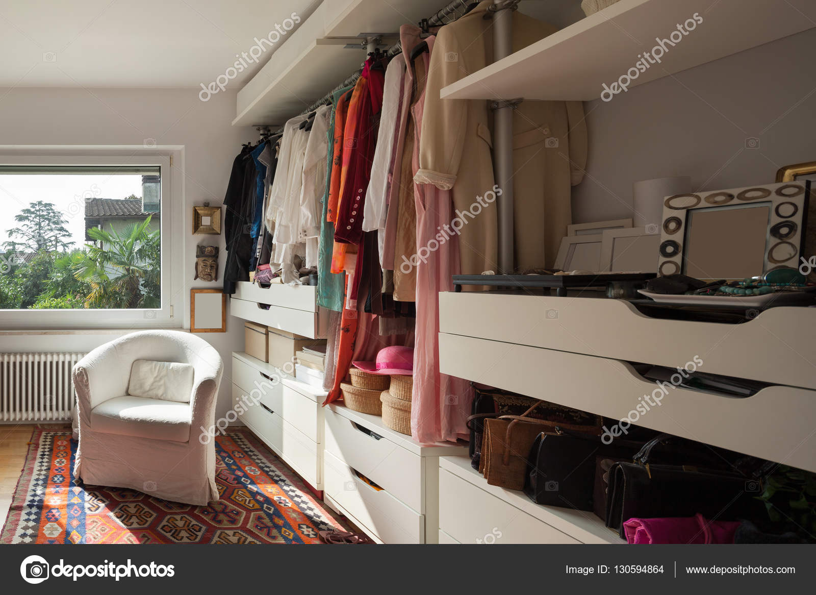 Slaapkamer Of Kledingkast : Kledingkast van een slaapkamer u stockfoto zveiger