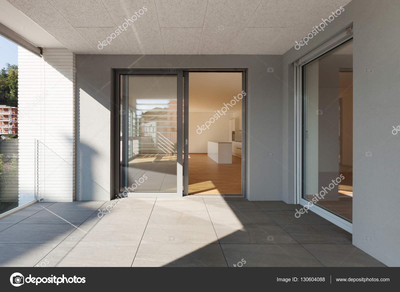 Terras van nieuw appartement u stockfoto zveiger