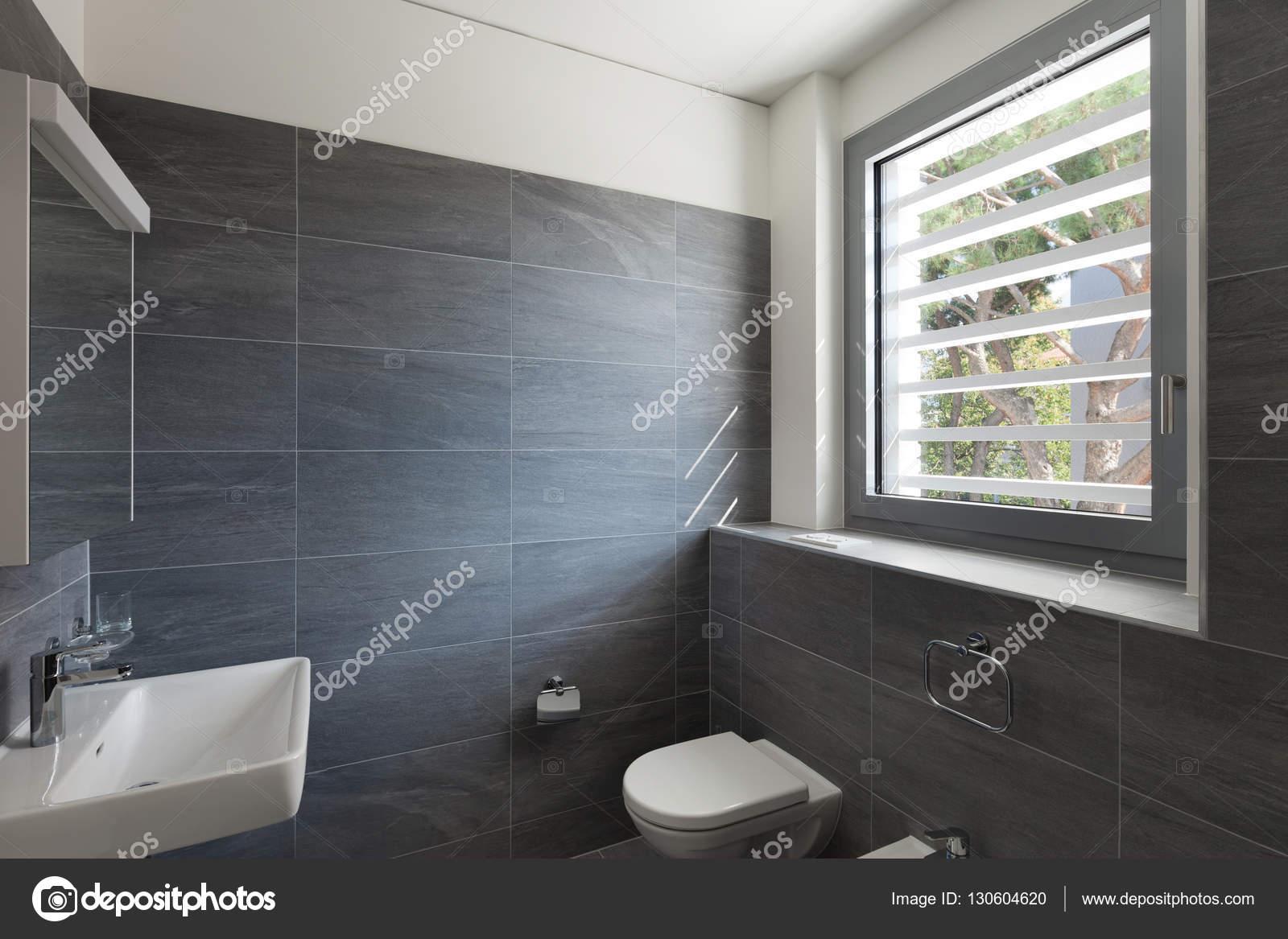 Interieur van een modern huis grijze badkamer u stockfoto
