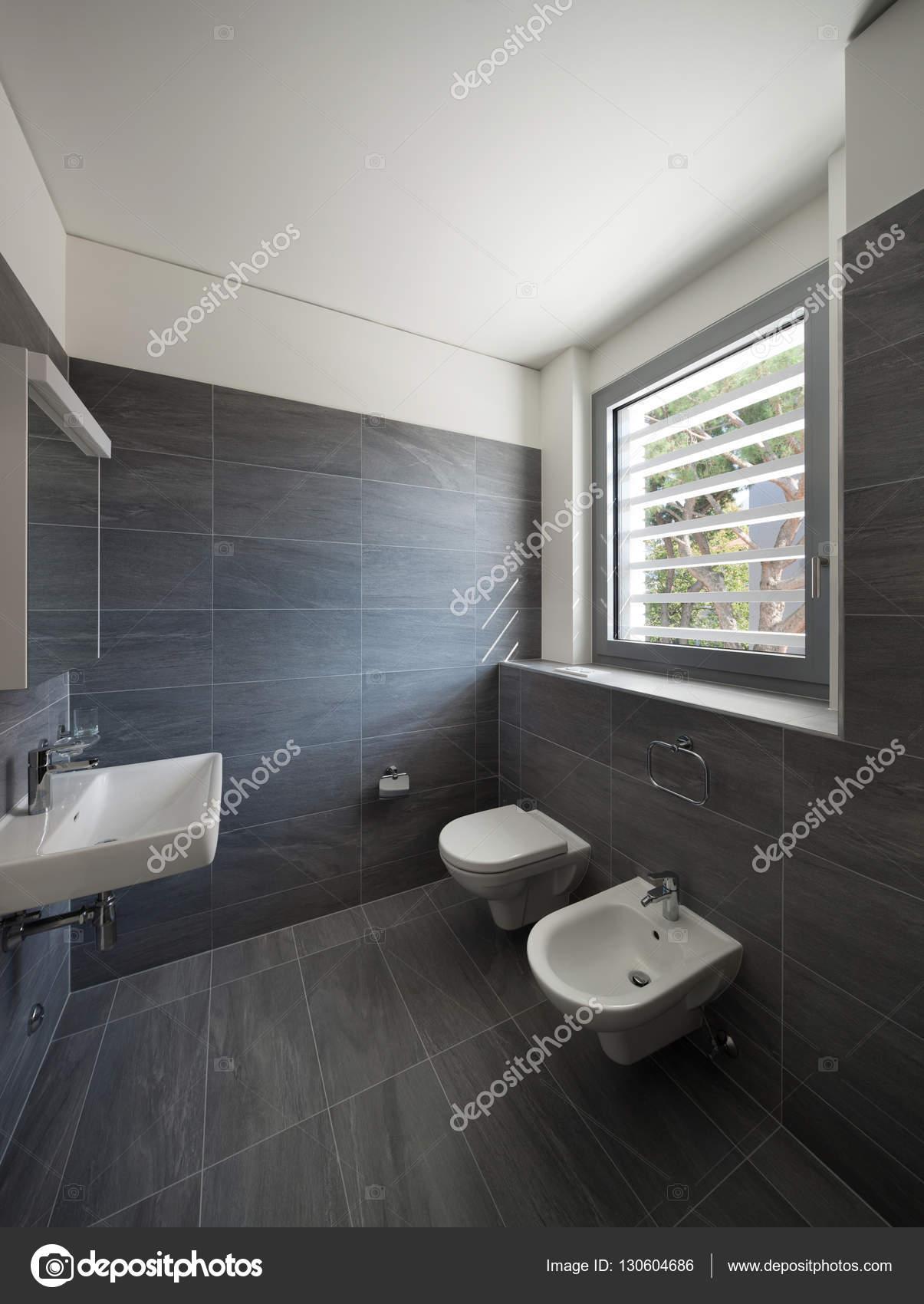 Interiore di una casa moderna bagno grigio foto stock for Bagno della casa moderna