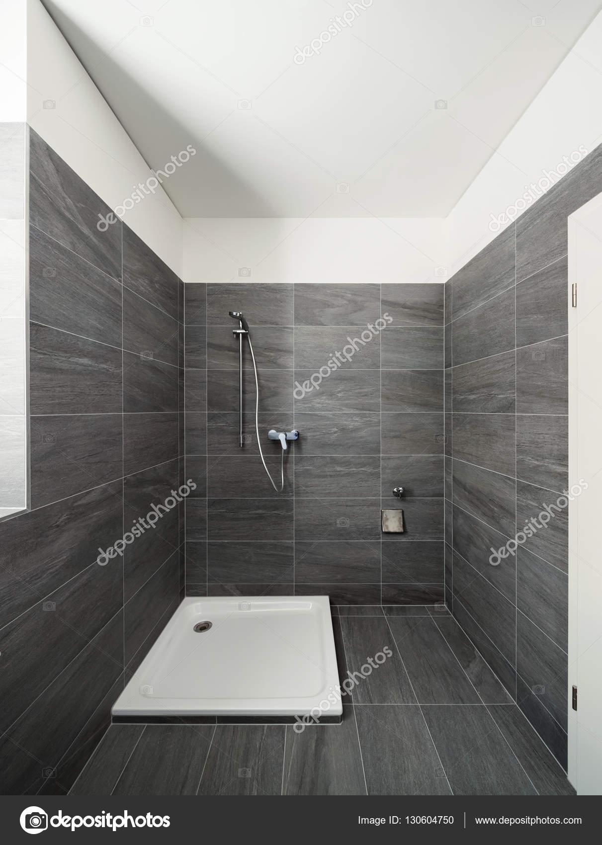 Intérieur d\'une maison moderne, salle de bain gris ...